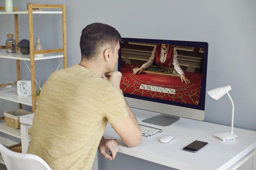 Un homme en train de jouer au casino en ligne